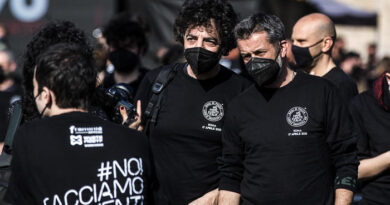 Lavoratori spettacolo in piazza a Roma con 1000 bauli a Piazza del Popolo